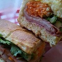 5/29/2012 tarihinde Nina C.ziyaretçi tarafından Xe Máy Sandwich Shop'de çekilen fotoğraf