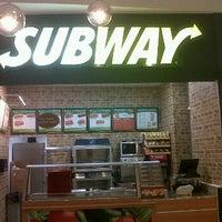 Foto tomada en Subway por Maru T. el 4/19/2012