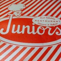 Foto tomada en Junior's Restaurant & Bakery por Jayme M. el 6/27/2012