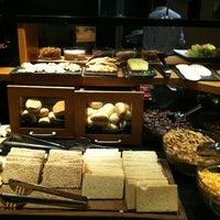 Foto tomada en Hotel NH por Diego M. el 4/21/2012