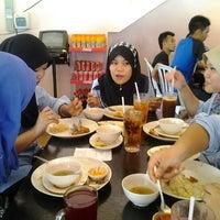 Photo taken at Restoran Nasi Ayam Gemas Mustafah by Azs E. on 2/8/2012