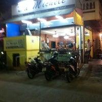 Photo taken at Pizzeria Da Michele by ,7TOMA™®🇸🇬 S. on 12/27/2010