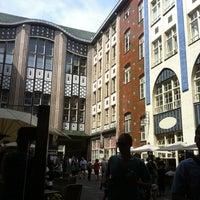 Das Foto wurde bei Hackescher Markt von Felicia M. am 8/2/2012 aufgenommen