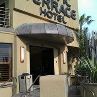 Foto tomada en Pacific Terrace Hotel por Dre P. el 3/5/2012