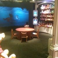 Foto tomada en Disney Store por Aitor C. el 7/26/2011