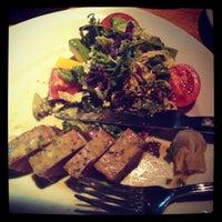 Photo taken at Houston's Restaurant by Nohariz Iris G. on 8/6/2012