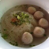 Photo taken at ก๋วยเตี๋ยวลูกชิ้นอร่อย ร้านทิพรส by kiti p. on 4/18/2012