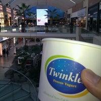 Photo taken at Twinkles Frozen Yogurt by Kirk D. on 1/1/2012