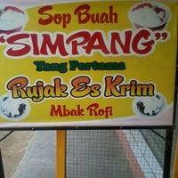 Photo taken at Sop Buah Simpang by Healtha B. on 5/27/2012