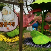 Photo taken at 테마가든 by JongWook L. on 4/28/2012