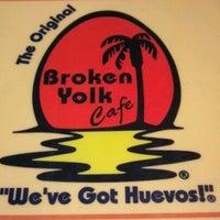 รูปภาพถ่ายที่ Broken Yolk Cafe โดย Robert K. เมื่อ 6/14/2012