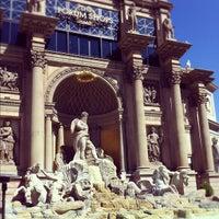 Foto tirada no(a) Trevi Fountain por Ksenia K. em 4/17/2012