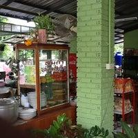 Photo taken at ส้มตำท่าเสด็จ by เยาวจิต ค. on 6/29/2012