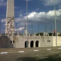Foto tirada no(a) Obelisco Mausoléu aos Heróis de 32 por Fernando F. em 8/25/2012