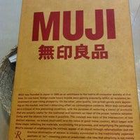 Das Foto wurde bei Muji von Serra Y. am 8/3/2012 aufgenommen