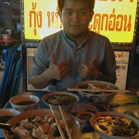 Photo taken at ข้าวต้มปลาลุงโย by MemiTchii M. on 2/25/2012