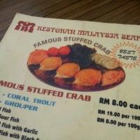 Photo taken at Restaurant Stuff Crab Kemaman by *QiQi* on 7/8/2012