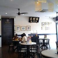 Photo taken at OldTown White Coffee by Chun Knee T. on 1/31/2012