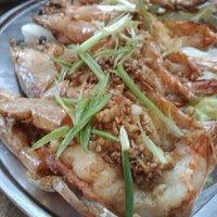 Photo taken at Restaurant Stuff Crab Kemaman by amuro on 5/1/2011