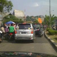 Photo taken at Pasar kaget juanda depok by Jemie H. on 7/29/2012