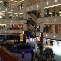 Photo prise au Bangsar Shopping Centre par Emillie le5/12/2012