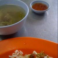 Photo taken at ข้าวมันไก่ตอนไหหลำ by Pong N. on 10/9/2011