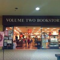 Foto tomada en Volume Two Bookstore por Steven G. el 12/20/2011