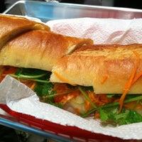 12/18/2011 tarihinde Mabel Y.ziyaretçi tarafından Xe Máy Sandwich Shop'de çekilen fotoğraf
