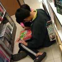 Photo taken at Popular Bookstore by Cheng Tzuu B. on 12/21/2011