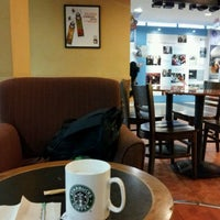 10/19/2011 tarihinde Adrian E.ziyaretçi tarafından Starbucks'de çekilen fotoğraf