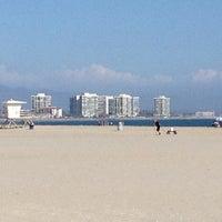 Foto tirada no(a) Breakers Beach por Paulie D. em 8/31/2012