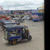 Das Foto wurde bei Khon Kaen Bus Terminal von Phiphawin S. Srikrai ร. am 8/31/2012 aufgenommen
