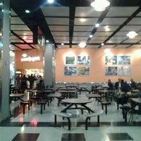 Photo prise au Ogilvie Food Court par Anthony M. le4/18/2012
