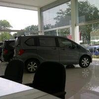 Photo taken at Honda Arista Sudirman by TAGOR MARADONY S. on 9/25/2011