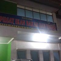 Photo taken at Pusat Ikan Bakar Pl Ratu by Novha F. on 8/21/2012