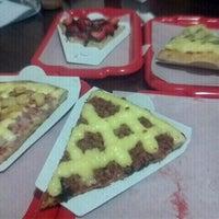 Photo taken at Vitrine da Pizza - Pizza em Pedaços by Rodrigo S. on 3/28/2012