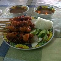 Photo taken at Satay Wak, Kedai Makan Madu Tiga by Hussin J. on 11/30/2011