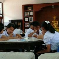 Photo taken at หอประชุมโรงเรียนบรรหารแจ่มใสวิทยา 5 by Tho on 1/24/2012