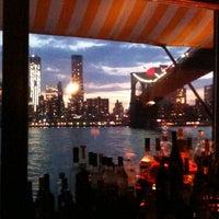 Das Foto wurde bei The River Café von Lisa G. am 5/31/2012 aufgenommen