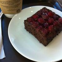 2/27/2012 tarihinde VOLKAN Y.ziyaretçi tarafından Starbucks'de çekilen fotoğraf