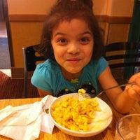 Photo prise au Noodles & Company par Melissa L. le4/21/2012