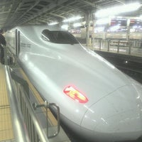 Photo taken at JR 新大阪駅 25-26番線ホーム by zwzw on 5/9/2012