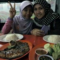 Photo taken at Warung Tenda Sea Food 777 by ari a. on 12/24/2011