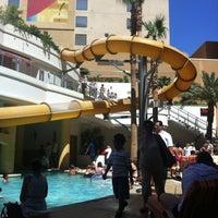 6/19/2012 tarihinde Helen R.ziyaretçi tarafından Golden Nugget Pool'de çekilen fotoğraf