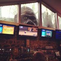 Foto tomada en Sharky's West Wing & Raw Bar por Kyle A. el 4/15/2012
