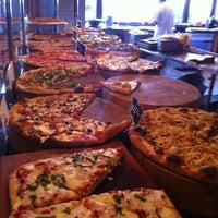 Das Foto wurde bei We, The Pizza von Chris G. am 12/13/2011 aufgenommen