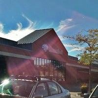 Foto scattata a Hannaford Supermarket da Vickie W. il 9/11/2012