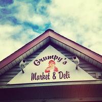 Foto tirada no(a) Grumpy's Market por Jennifer B. em 9/8/2012