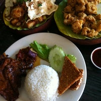 Photo taken at Ayam Bakar Wong Solo by Lina M. on 4/23/2011
