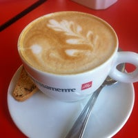 Photo taken at Espressamente illy by Francisco A. on 11/3/2011